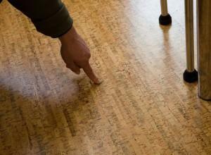 На фото трещина в пробковом полу, probochka.by