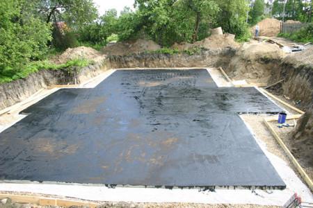 На фото битумная гидроизоляция фундамента, vasha-banya.com