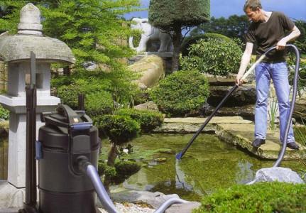 На фото один из способов очистки поверхности пруда