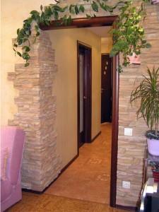 Изображение декоративного камня вокруг двери