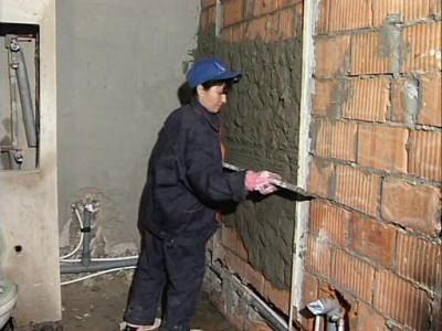 На фотографий выравнивание стен по маякам