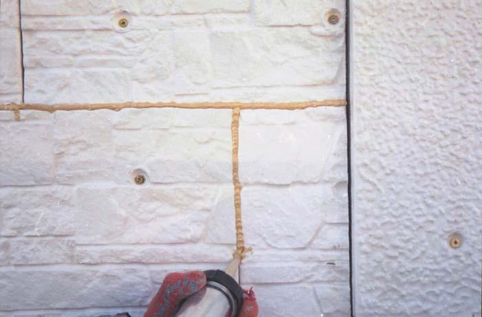 На фотографии герметизация стыков и швов