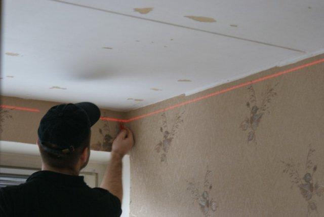 На изображении разметка потолка из гипсокартона по лазерному уровню