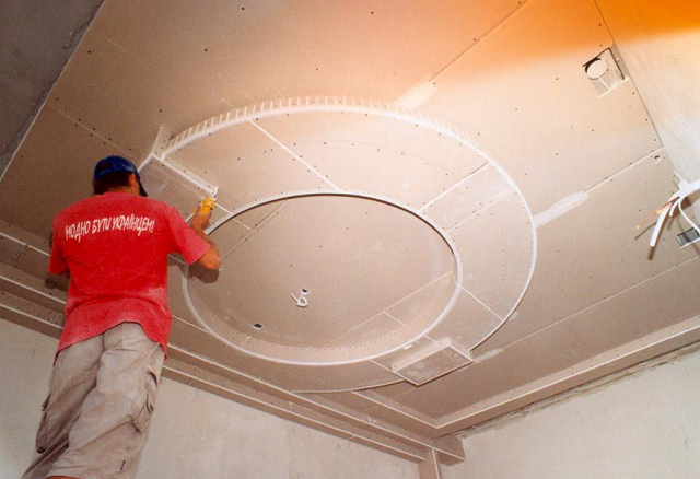 На фото монтаж фигурного потолка из гипсокартона
