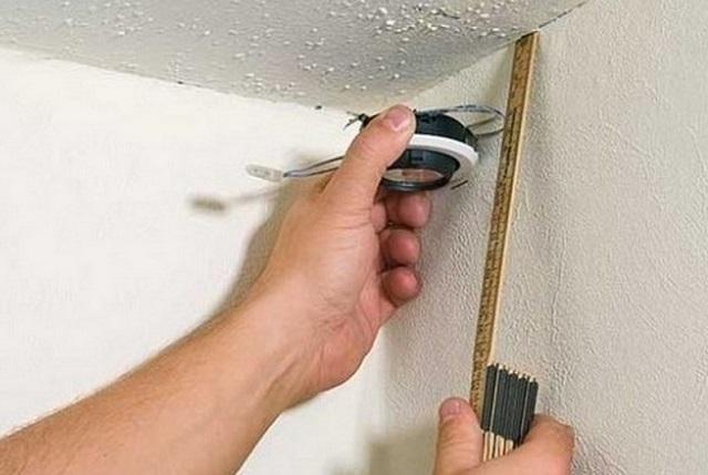 Снимок работ по разметке стен для потолка из гипсокартона