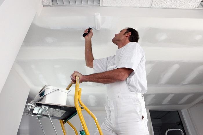 Изображение побелки потолка водоэмульсионной краской