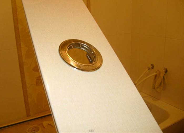 Установка светильника при монтаже реечного потолка