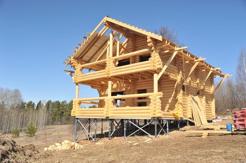 На фото строительство дома на свайно винтовом фундаменте