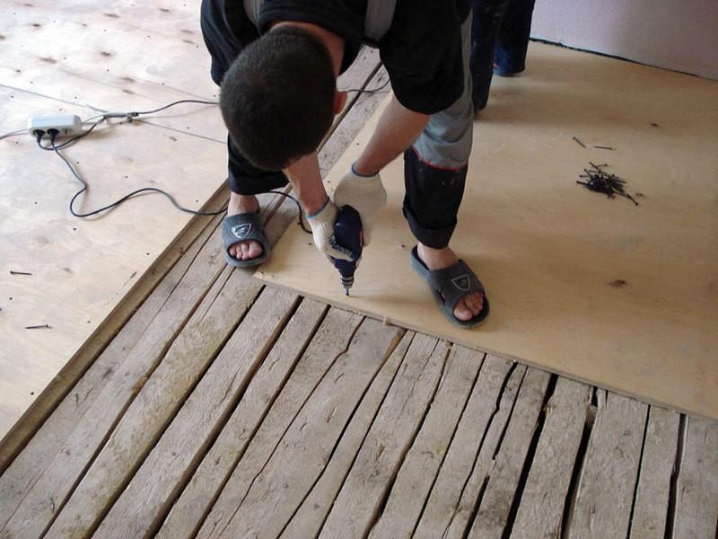 На фото выравнивание деревянного пола фанерой для укладки линолеума