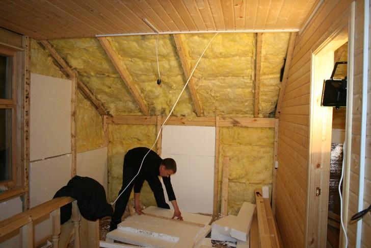 На снимке утепление потолка в деревянном доме