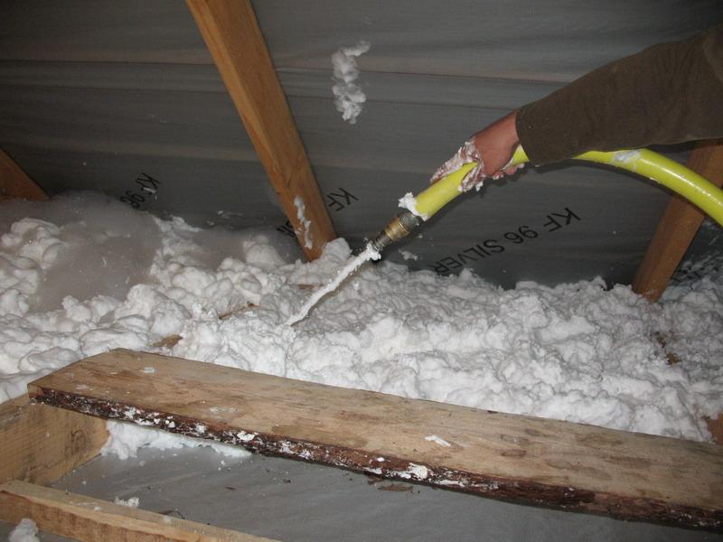 На фото утепление потолка в доме пеноизолом