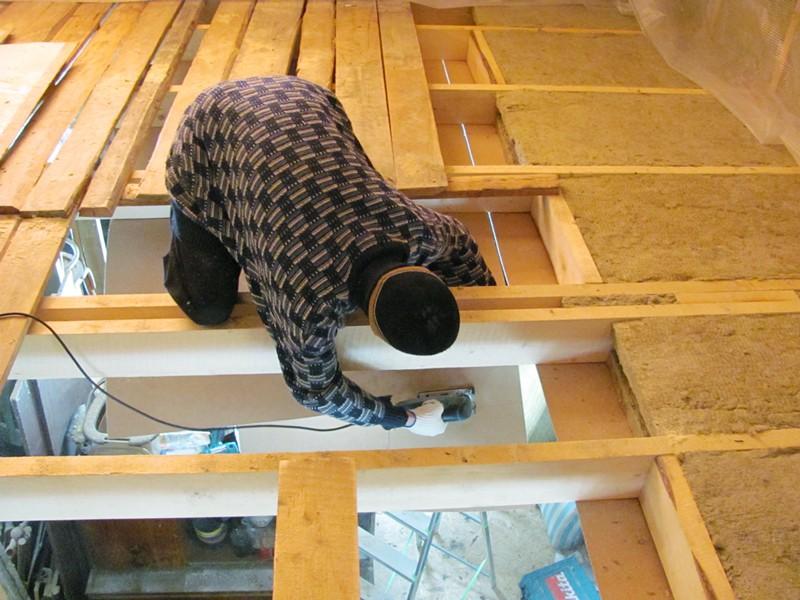 На фотографии работы по утеплению потолка в частном доме