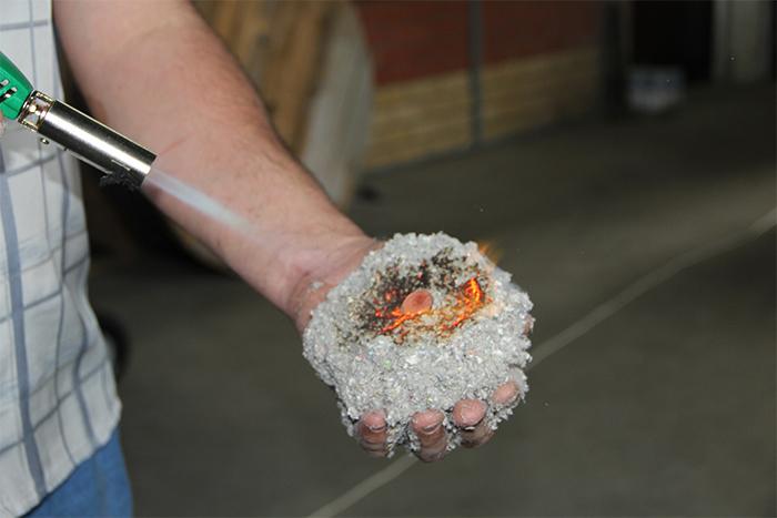 На фото эковата в процессе горения
