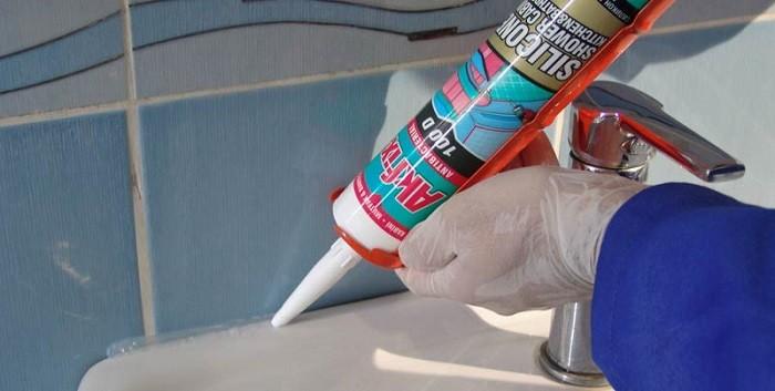 На снимке нанесение герметика