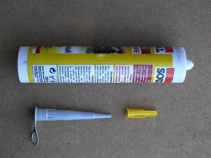 На снимке герметик с тубой со специальным наконечником в виде конуса