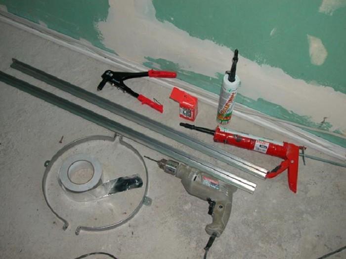На снимке использование герметика перед установкой камина