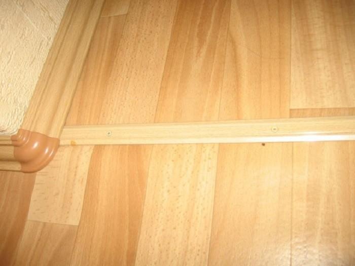 На фото стыковка линолеума с помощью порога