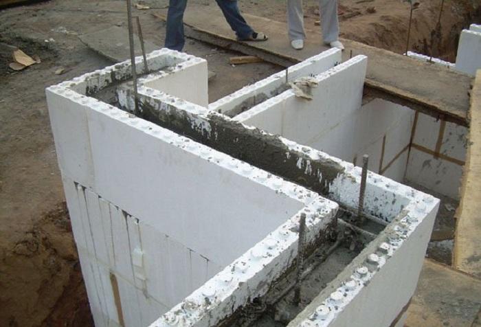 На фото заливка опалубки бетоном
