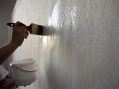 Фотография процесса грунтовки стены