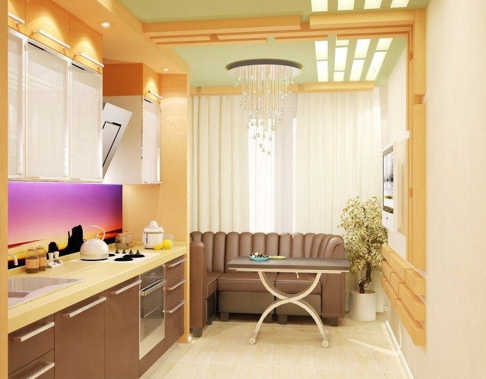 На фото кухня обьединенная с балконом