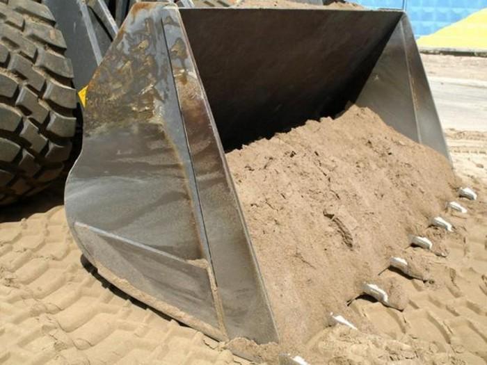 На фото песок для строительных работ