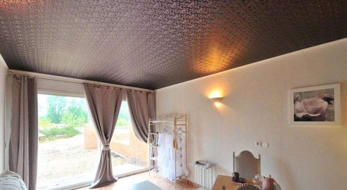 На фото тканевый натяжной потолок
