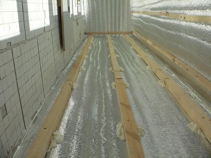 На фото утепление балкона фольгированным утеплителем