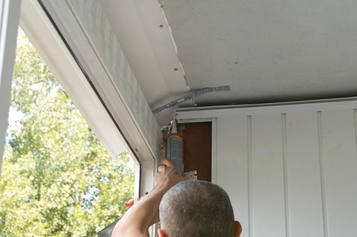 На фото обработка балкона герметиком