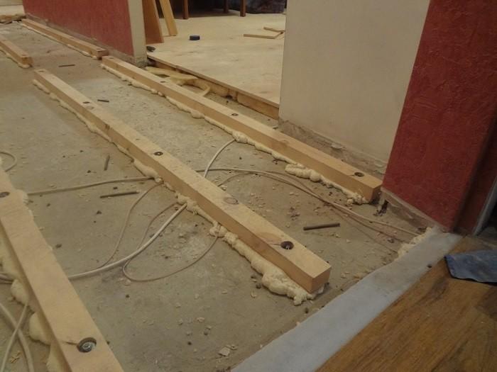 На фотографии деревянные лаги