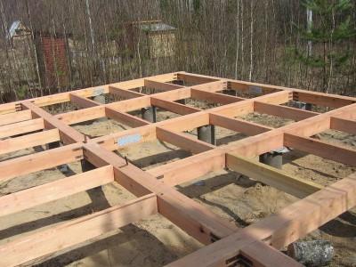 Снимок свайного фундамента с деревянными перемычками