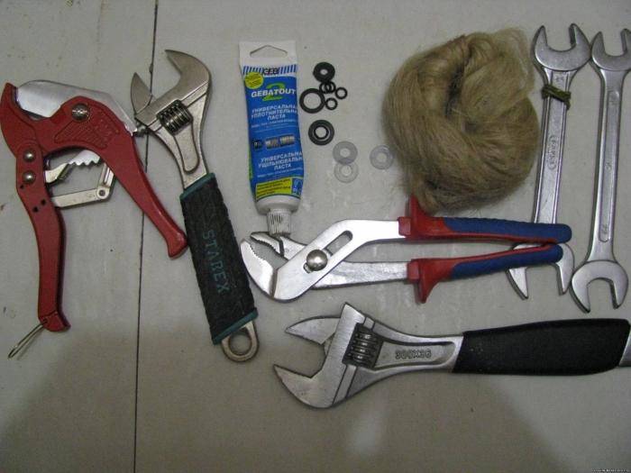 На фото инструменты для самостоятельной установки бойлера