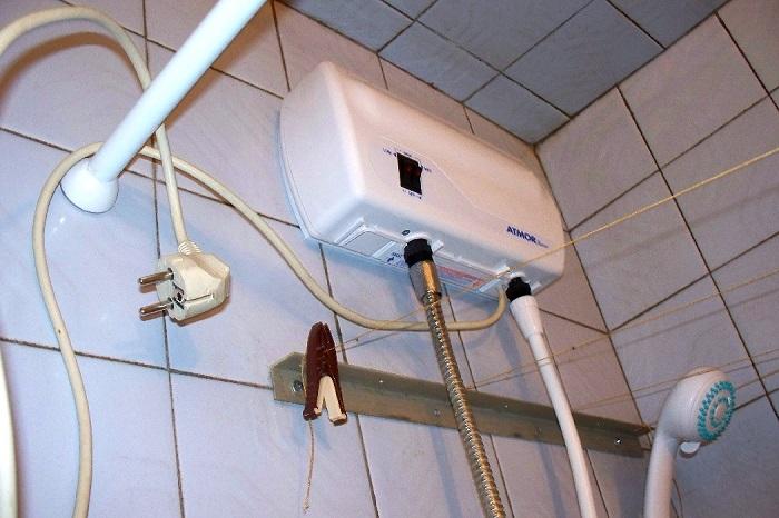 На фото подвод электричества к бойлеру