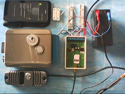 На снимке GSM домофон перед установкой