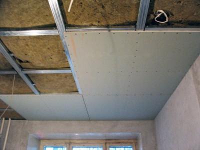 На фото монтаж гипсокартона на потолок