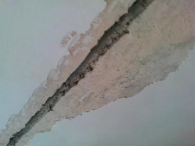 Фотография щели в потолке