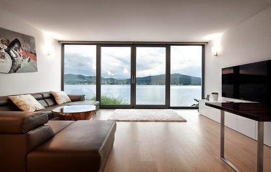 На фото панорамные окна в интерьере гостиной