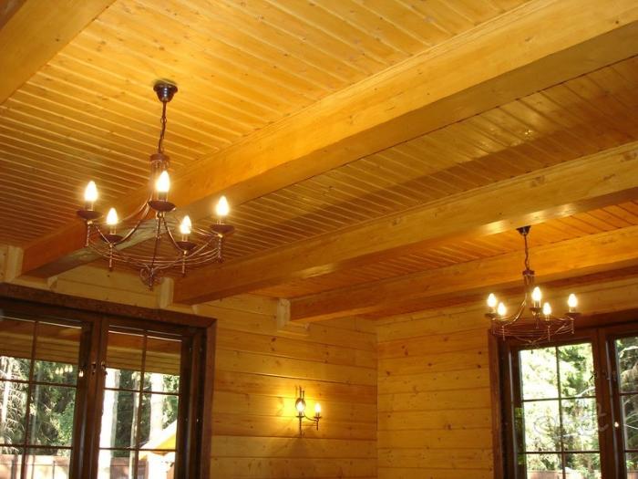 На фото рельефно-подшивной потолок в деревянном доме