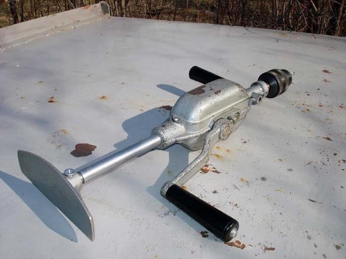 На фото ручная механическая дрель