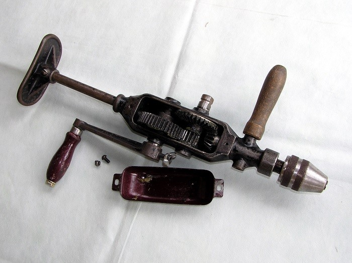 На фото ручная дрель