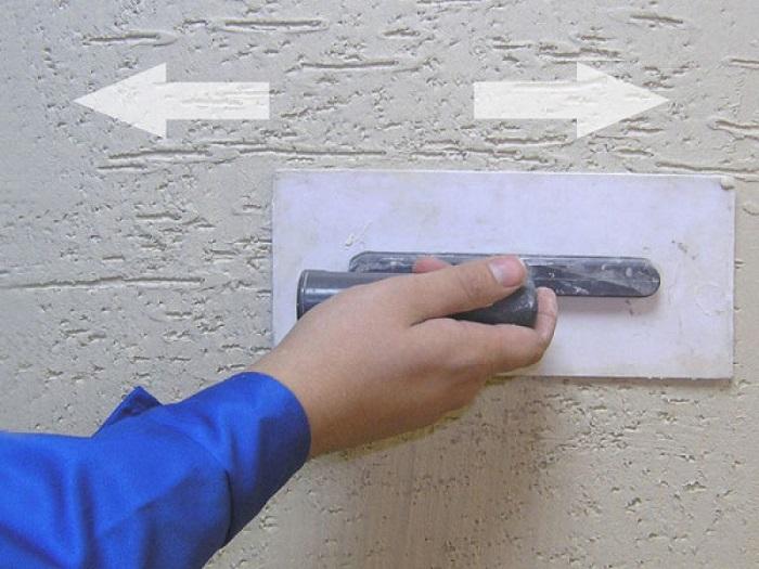 На фотографии техника нанесения штукатурки короед