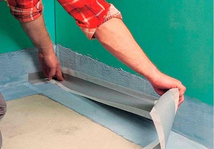На фотографии гидроизоляция ванной комнаты