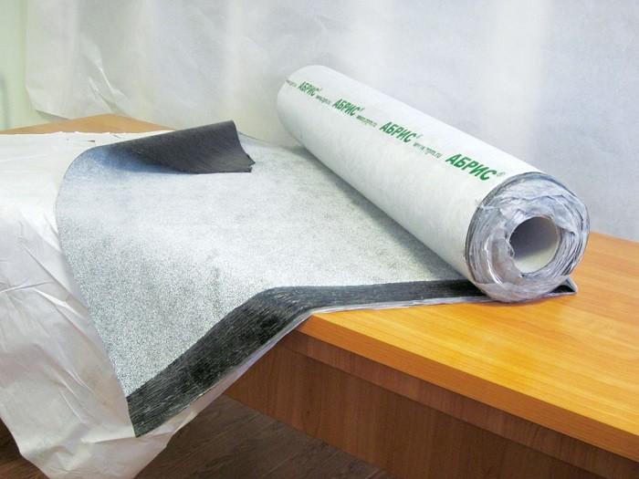 На фотографии самоклеящийся гидроизоляционный материал