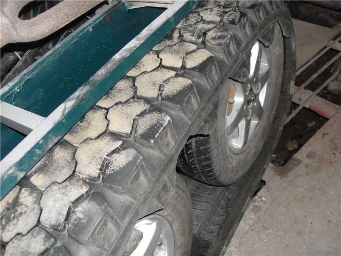 На фотографии гусеницы из шин