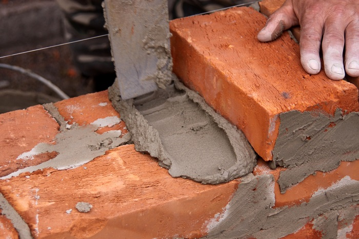 На фото кладка кирпича на цементный раствор