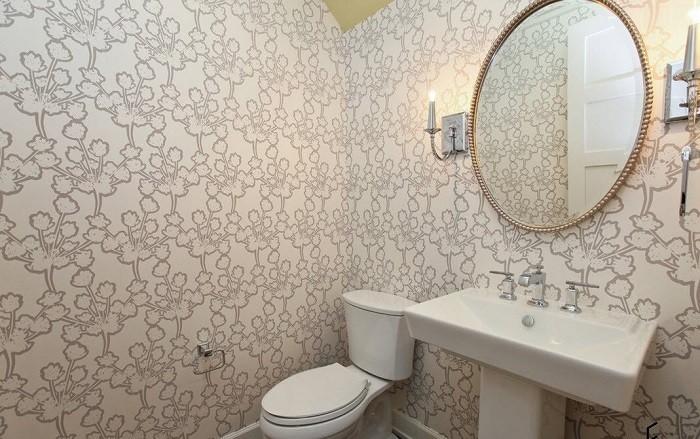На фото обои в ванной комнате