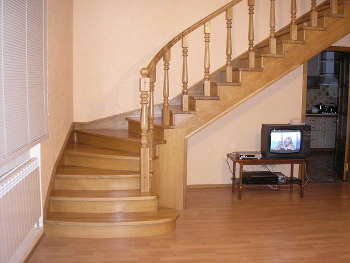 Изображение деревянной лестницы