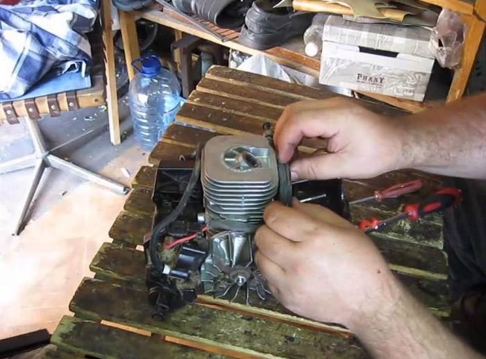 Фотография ремонта двигателя бензопилы