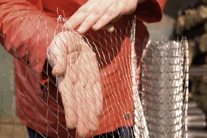 На изображении штукатурная сеть в руках