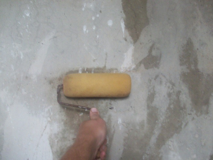 На фотографии грунтовка стен