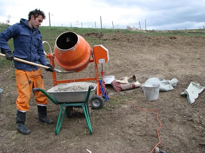 Фотография замешивания бетона